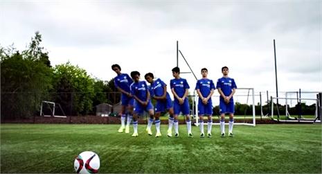 Sao Chelsea tự nhân bản khi xếp hàng rào
