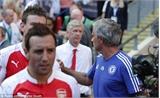 """Wenger hai lần từ chối bắt tay """"kẻ thù"""" Mourinho"""