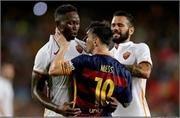 Sốc: Messi húc đầu, túm cổ 'tẩn' đối thủ
