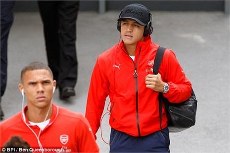 Giroud lập siêu phẩm, Arsenal thắng 'rửa mặt'