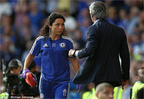 """Nữ bác sĩ Carneiro tiếp tục bị Mourinho 'hành hạ"""""""
