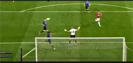 Rooney đánh gót 'dọn cỗ', Depay bỏ lỡ khó tin