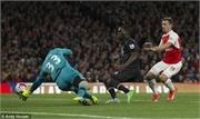 Quay chậm pha cứu thua không tưởng của Petr Cech