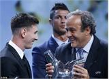 Ronaldo nói gì với Messi khi lên nhận giải thưởng?