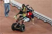 """Mải ăn mừng, Usain Bolt bị PV quay phim """"hạ đo ván"""""""