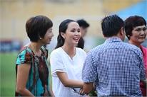 Vợ Văn Quyết bụng bầu tới sân chúc mừng bố