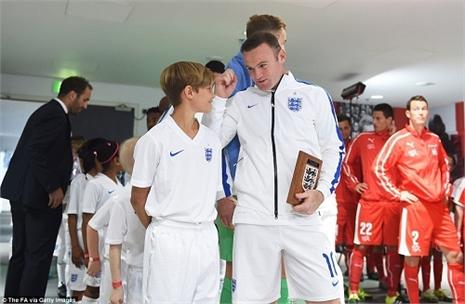 Vì sao con trai Becks 'tháp tùng' Rooney ra sân?