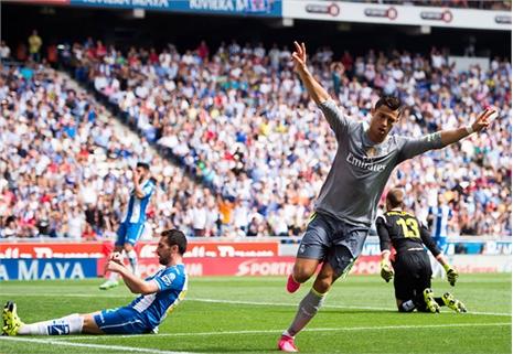 Ronaldo ghi cú manita, Real đánh tennis