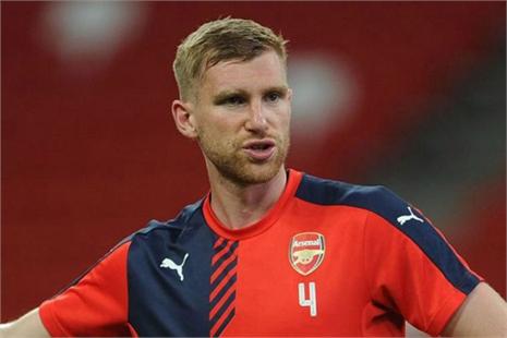 Arsenal vắng Mertesacker vì tai nạn giao thông