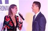 Ronaldo cười toe toét bên chân dài bốc lửa