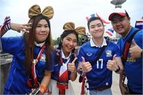 Fan nữ Thái Lan cực kute tiếp lửa thầy trò Kiatisuk