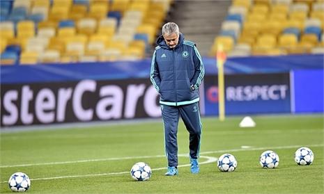 Mourinho hờn dỗi: 'Tôi chẳng có sức mạnh và vô cùng cô đơn'
