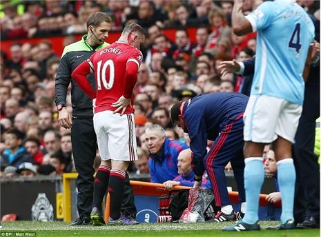 Pha va chạm khiến Rooney chảy máu đầu