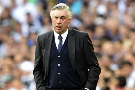 Sếp M.U để mắt đến Ancelotti, Van Gaal lo lắng