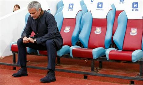 Mourinho bị cậu bé nhặt bóng 'hạ knock-out'