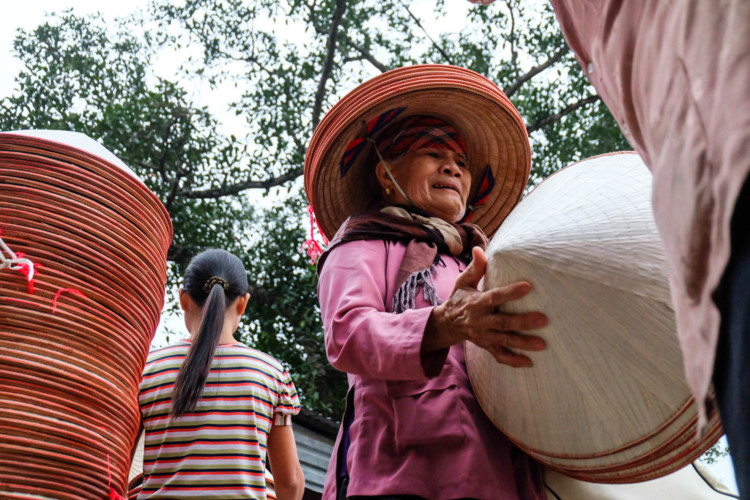 Conical hat market - unique culture in Vietnam's villages, travel news, Vietnam guide, Vietnam airlines, Vietnam tour, tour Vietnam, Hanoi, ho chi minh city, Saigon, travelling to Vietnam, Vietnam travelling, Vietnam travel, vn news