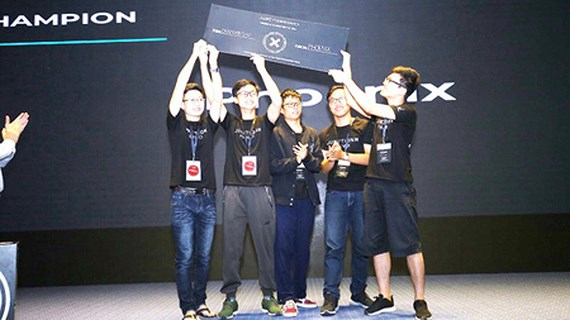 Hanoi students win software contest in English