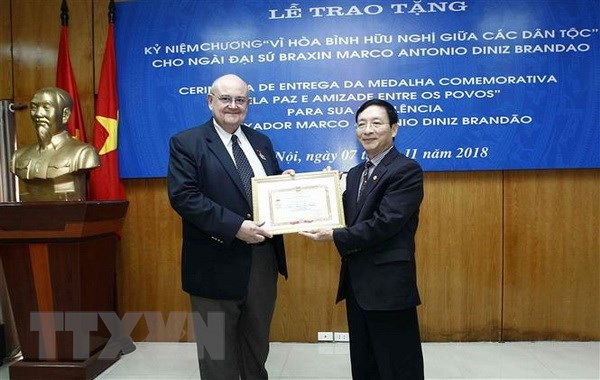 Friendship insignia bestowed upon outgoing Brazilian ambassador, Government news, Vietnam breaking news, politic news, vietnamnet bridge, english news, Vietnam news, news Vietnam, vietnamnet news, Vietnam net news, Vietnam latest news, vn news