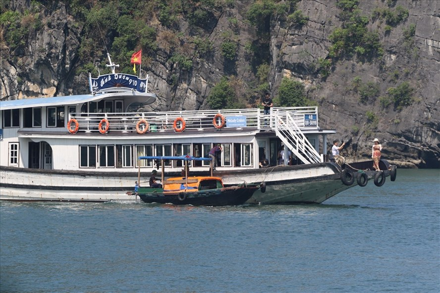 Ha Long boat tours and traders harass tourists, travel news, Vietnam guide, Vietnam airlines, Vietnam tour, tour Vietnam, Hanoi, ho chi minh city, Saigon, travelling to Vietnam, Vietnam travelling, Vietnam travel, vn news