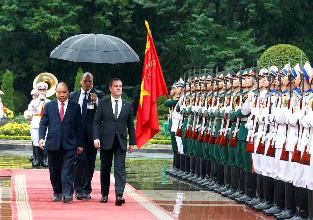 Prime Minister Nguyen Xuan Phuc welcomes Russian couterpart