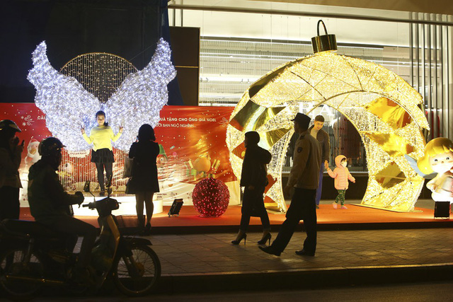 Christmas decorations go up in Hanoi, social news, vietnamnet bridge, english news, Vietnam news, news Vietnam, vietnamnet news, Vietnam net news, Vietnam latest news, vn news, Vietnam breaking news