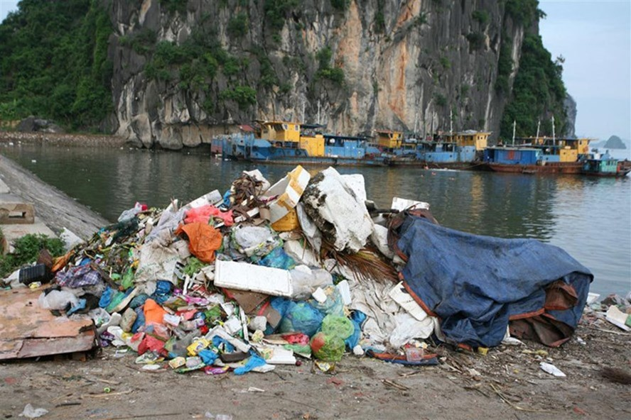 Ha Long Bay attacked by solid wastes, Vietnam environment, climate change in Vietnam, Vietnam weather, Vietnam climate, pollution in Vietnam, environmental news, sci-tech news, vietnamnet bridge, english news, Vietnam news, news Vietnam, vietnamnet news,