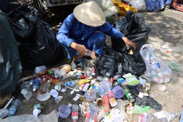 HCM City, help private garbage collectors, pick up plastic waste for recycling, Vietnam economy, Vietnamnet bridge, English news about Vietnam, Vietnam news, news about Vietnam, English news, Vietnamnet news, latest news on Vietnam, Vietnam