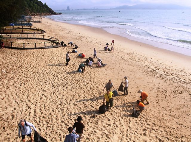 Canadian tourists lead clean-up of Quy Nhon beach, Vietnam environment, climate change in Vietnam, Vietnam weather, Vietnam climate, pollution in Vietnam, environmental news, sci-tech news, vietnamnet bridge, english news, Vietnam news, news Vietnam, viet