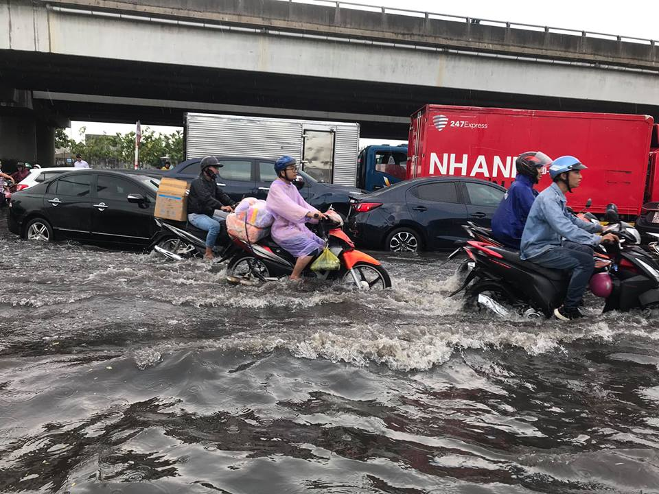 HCM City streets submerged due to heavy rains, social news, vietnamnet bridge, english news, Vietnam news, news Vietnam, vietnamnet news, Vietnam net news, Vietnam latest news, vn news, Vietnam breaking news